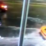 Mintha a víz alatt hajtott volna át egy Lamborghini sofőrje Floridában – videó