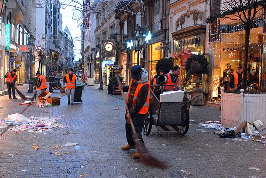 Szilveszter utáni takarítás Budapesten a Váci utcában.