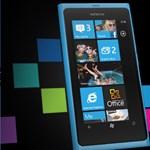 Fehér és fekete színben is kapható a Nokia Lumia 800 a Vodafone-nál