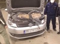 Még a motortere is tele volt dohánnyal egy autónak