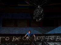 Shakespeare tollára való tragédiába csöppentek a magyar színészek
