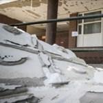 Kis híján a járókelőkre szakadt egy debreceni iskola előtető-szigetelése