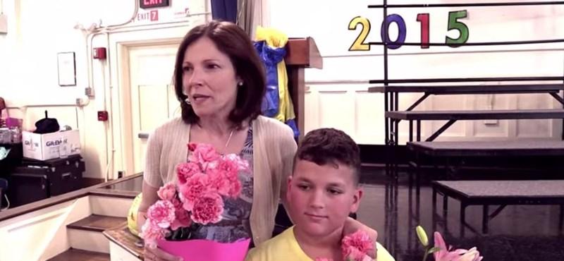 Szívszorító felvétel: így álltak ki diákjai a rákos tanárnő mellett