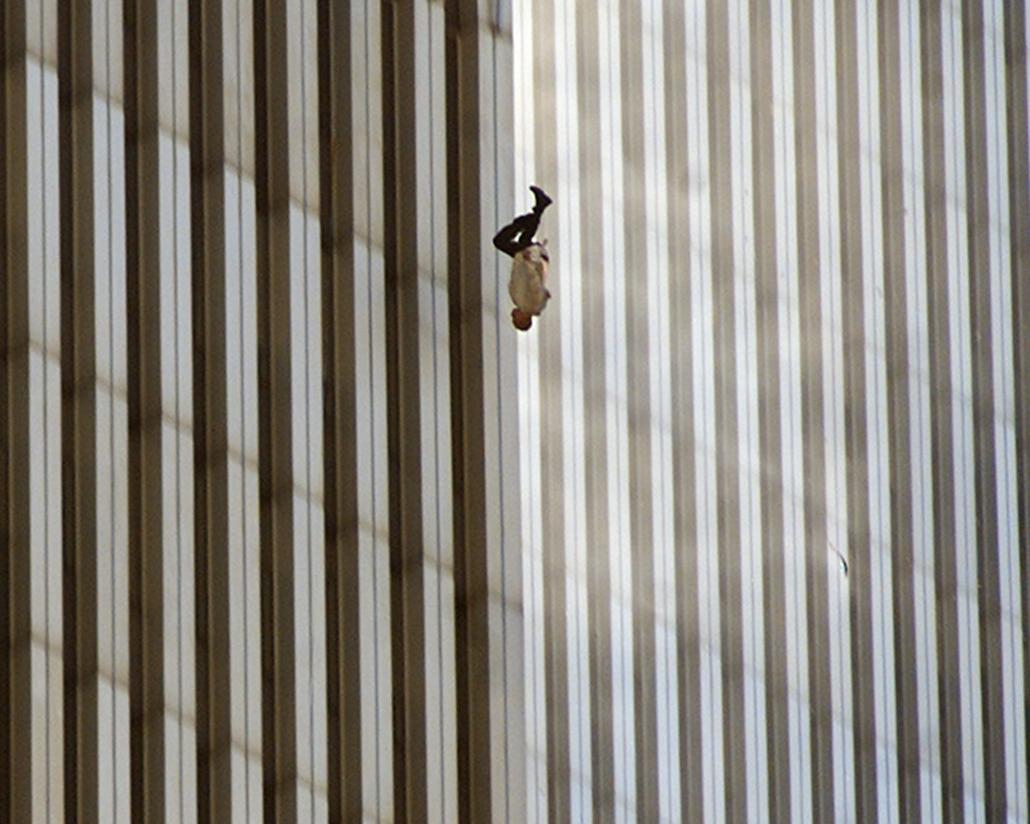 Egy ember veti a mélybe magát a Világkereskedelmi Központ lángoló tornyaiból 2001. szeptember 11-én.