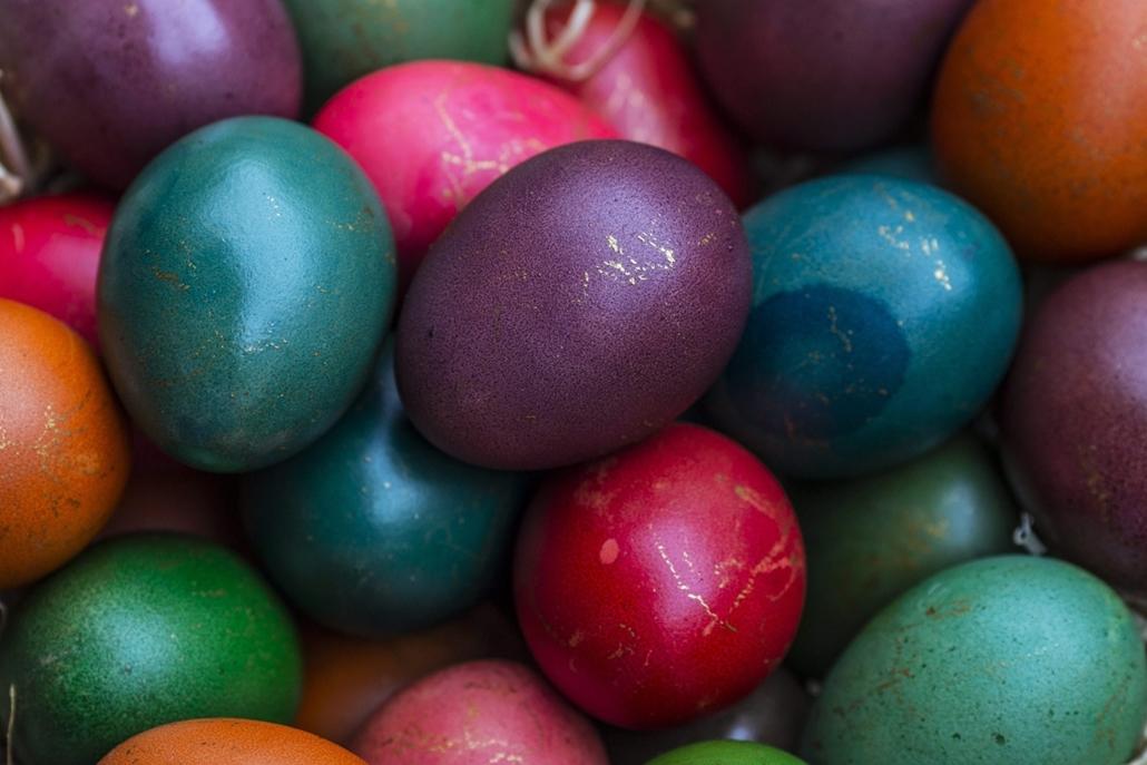 epa.16.03.27. - Janjevo, Koszovó: Festett húsvéti tojások a koszovói Janjevóban. - húsvét, nagyítás