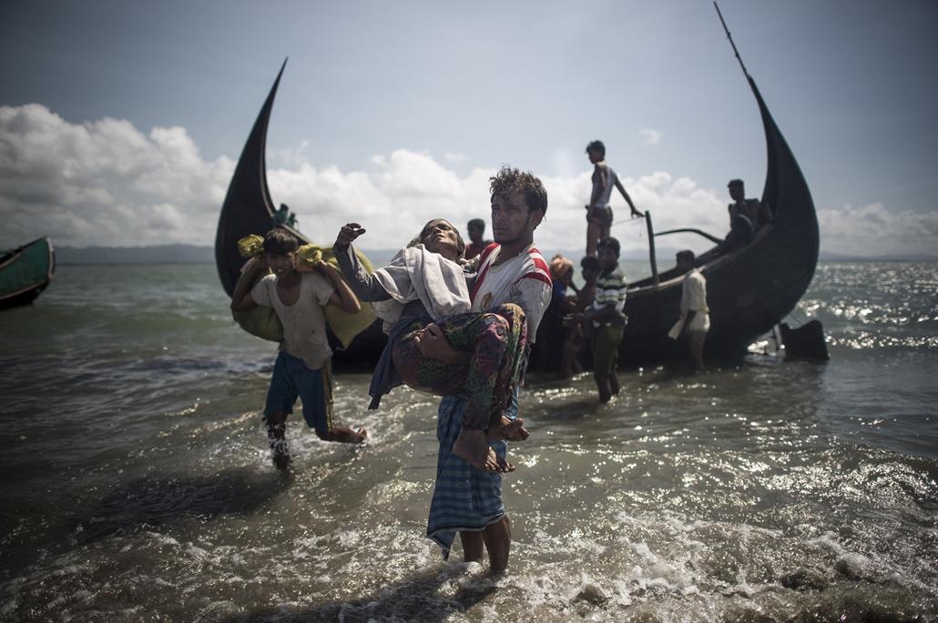 best of 2017 Mianmarból elmenekült rohingja nemzetiségű emberek érkeznek a Naf folyón keresztül a bangladesi Teknafba.  Az augusztus 25-i arakáni erőszakhullám elől több mint félmillió muszlim rohingja menekült el a többségében buddhisták lakta Mianmarból