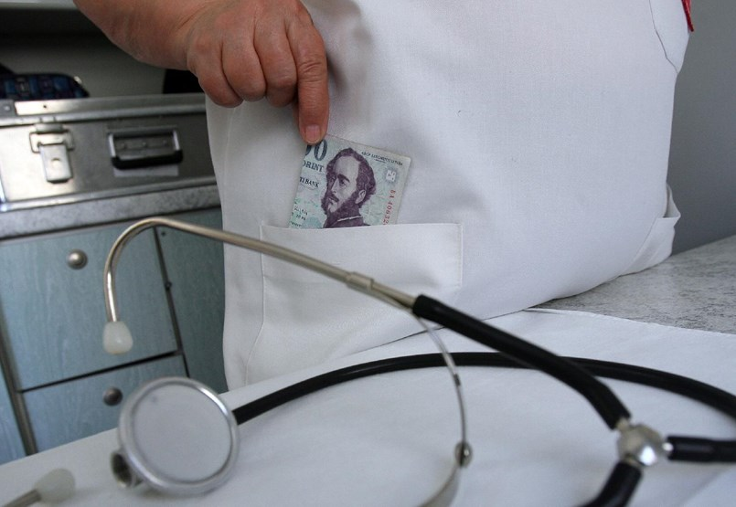 Titkosszolgálattal vadásznak majd a hálapénzes orvosokra
