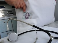Pénzt kért betegeitől egy nőgyógyász, első fokon felfüggesztettet kapott