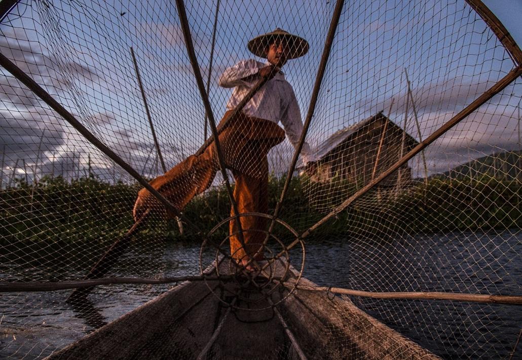 NE használd_! - Photographer of the Year 2014 - Legjobbak a 15-18 évesek közt - 2. helyezett - Shan State tó, Myanmar - Halász - tpoty