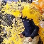 Fotó: jól nyakon öntötték a Super Bowl sztárját