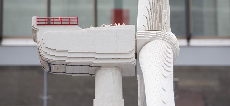 A Lego fogott 146 000 kockát, és összerakott egy 7,5 méter magas szélkereket