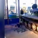 """""""Tankkal"""" ugrott le a boltba borért egy kapatos orosz"""