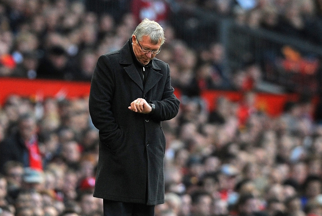 Alex Ferguson nagyításhoz -UNITED KINGDOM, Manchester : Manchester United manager Alex Ferguson checks his watch during the English Premier League football match between Manchester United and Tottenham Hotspur at Old Trafford in Manchester, north-west Eng