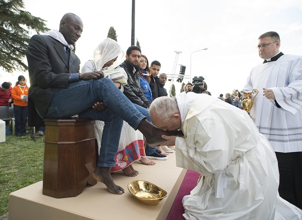 afp.16.03.24. - Castelnuovo di Porto, Olaszország: Ferenc pápa nagycsütörtöki rituáléja - A pápa menekültek lábát mosta - 7képei, évképei