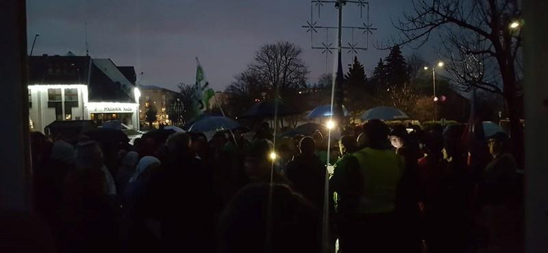 Tüntettek Érd főterén, lekapcsolták a közvilágítást