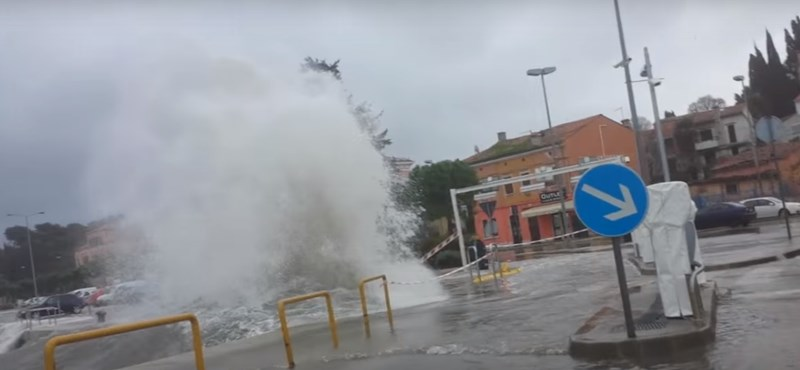 Videó: Szóltak, hogy siessenek, mert viszi a víz a kocsikat