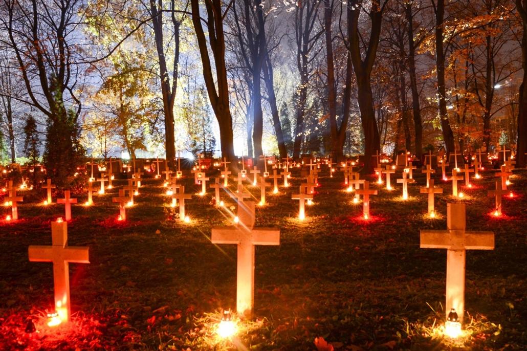 afp.16.11.01. Halottak napja mindenszentek nagyítás Katonai sírok a Rakowiecki temetőben Krakkóban