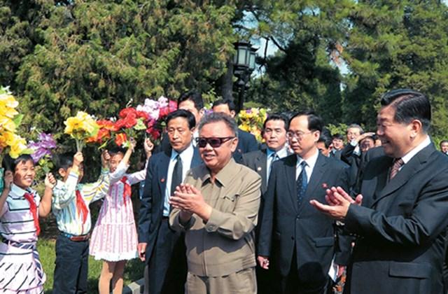 Kim Dzsong Il ikonikus öltözete: drap mackó, napszemüveggel