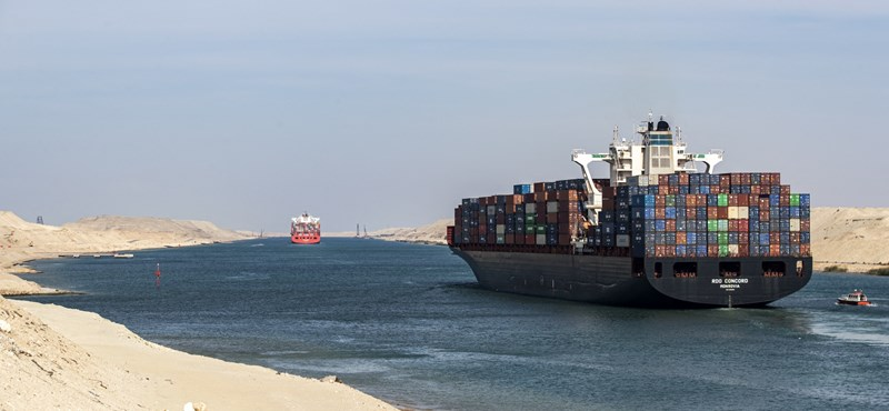A large cargo ship was stranded on the Suez Canal