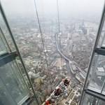 Greenpeace-esek másznak fel egy londoni felhőkarcolóra