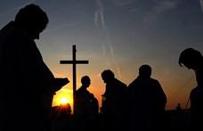 Letartóztattak egy floridai lelkészt, mert több száz embernek tartott istentiszteletet