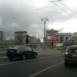 Videó: Akkorát robbant a Kamaz kereke, hogy letépte a szomszéd kocsi lökhárítóját