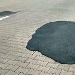 A nap fotója: Aszfalttal kátyúzták a térkövet Veszprémben