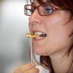 Fotó: Szép nő csúnya bogarat eszik