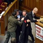 Fotók: A kormányfő lába közé nyúltak, balhé volt az ukrán parlamentben