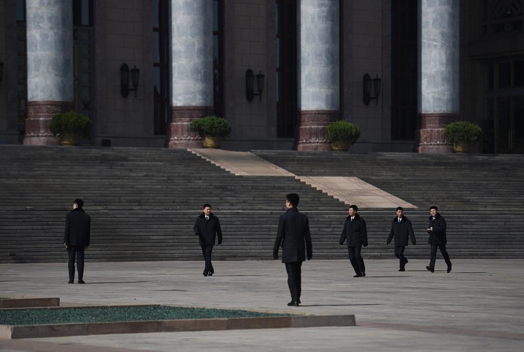 afp.15.03.02. - Peking, Kína: katonák a Nagy Népi Csarnok bejáratánál a Kínai Népi Politikai Tanácskozó Testület ülése előtt. - 7képei