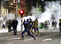 Több száz tüntető próbált bejutni a szerb parlament épületébe