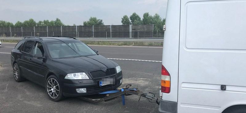 Buherált utánfutóval szállított kocsit egy román kisbusz az M3-son