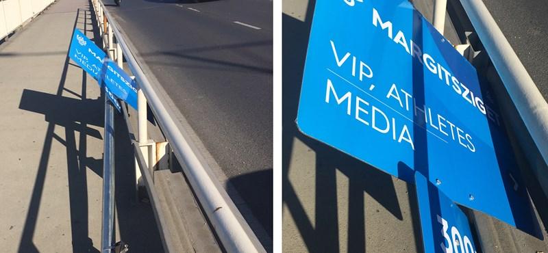 Fotó: a népharag ledöntötte Gyárfásék úszóvébés VIP-tábláját?