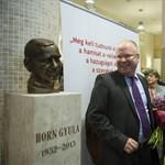 Szobrot kapott Horn Gyula az MSZP-székházban