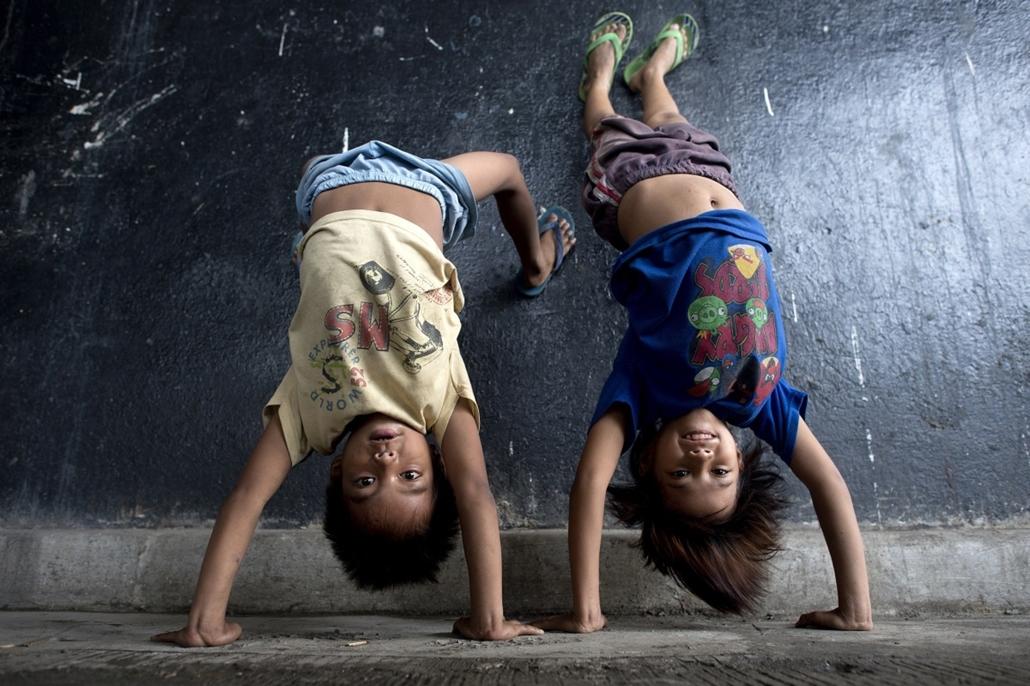 afp. hét képei - Manila, Fülöp-szigetek, 2014.08.28. gyerekek, akrobatika, játék, kézállás