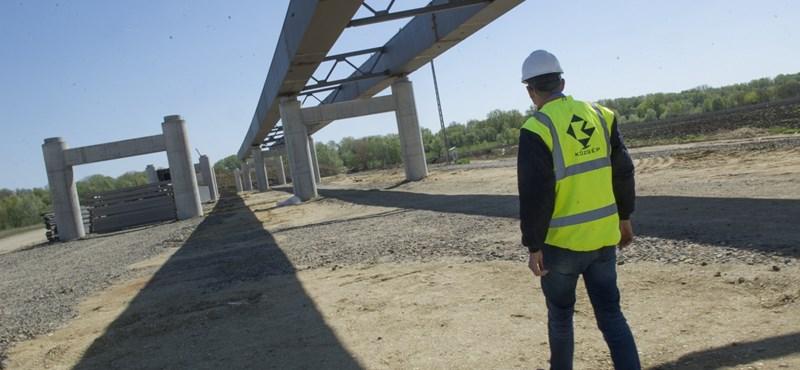 Drága és ésszerűtlen, mégis folytatják az Orbán és Simicska vitája miatt elkaszált híd építését