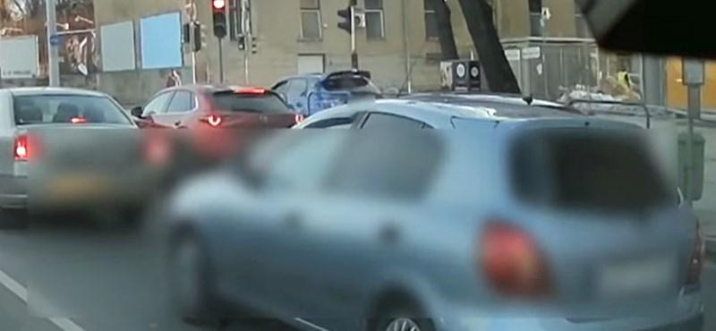 Videó: A járdán hajtva mindenkinél gyorsabb volt ez az autós a Róbert Károly körúton