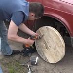Már megint az oroszok: fakerekeket szereltek egy Moszkvicsra – videó