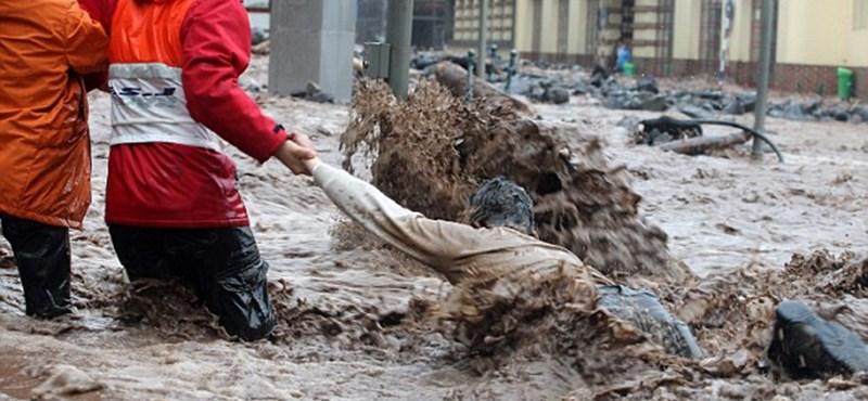 Autókat sodort el az áradás - képek