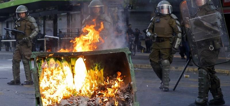 Összecsaptak a metrójegyár-emelés miatt tüntetők a rendőrökkel Chilében