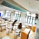 A diák és az anyja tanítási órán, közösen verték meg az osztálytársat