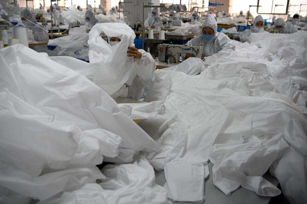 nagyítás - koronavírus, védőruha gyárás, kína
