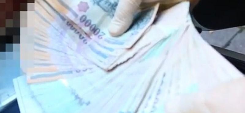 Szalmakalapot, napszemüveget vett a pénzzel eltűnt postás - videó
