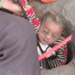 Videó: Ha ma még nem rágta le a körmét! 90 méter mély aknából mentettek ki egy kisfiút