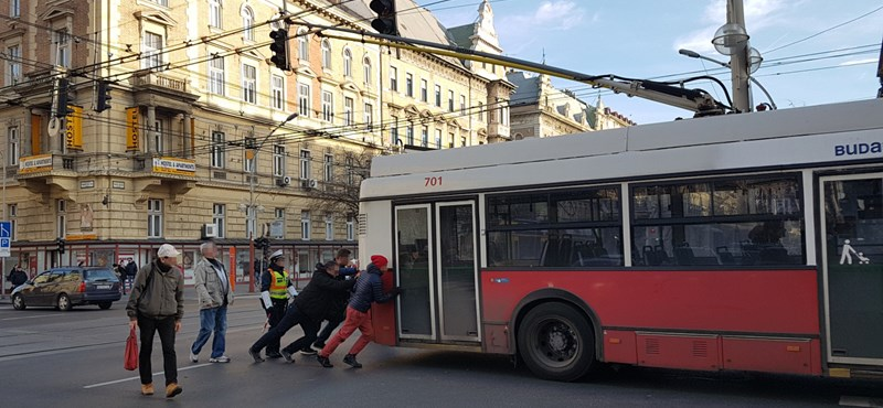 Rendesek voltak az utasok, áttolták a trolit a Nagykörúton – fotó
