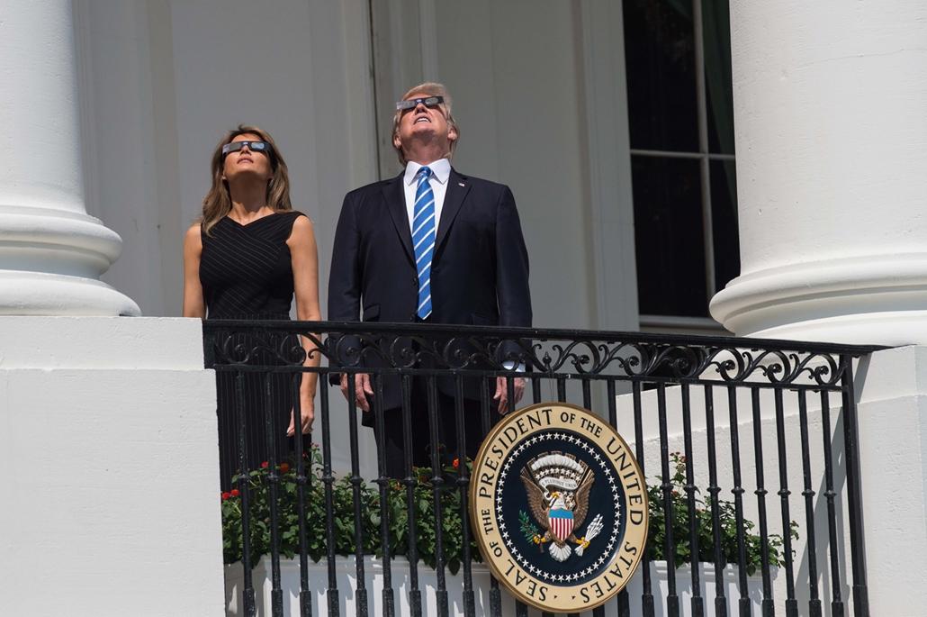 afp.17.08.21. - Napfogyatkozás az egyesült államokban - Donald Trump és Melania Trump a Fehér Ház teraszán Washingtonban
