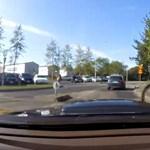 Videó: a bokorból ugrott ki a bringás, egyenest a motoháztetőre