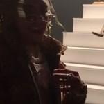 Nem tetszett a kígyónak a klipforgatás: belemart a rapper kezébe (videó)