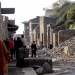 Béna turista döntötte fel a pompeji oszlopot