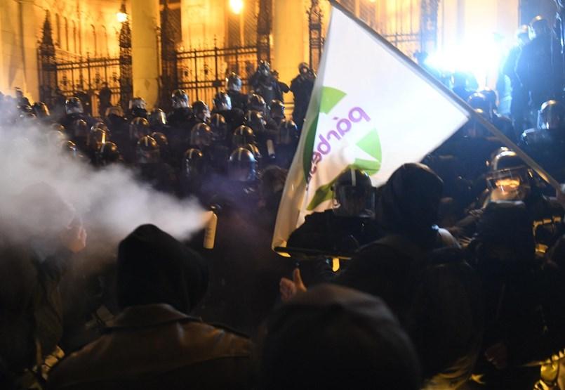 Füstgránátot dobáltak a rendőrök közé, ők könnygázt vetettek be - percről percre